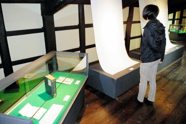嶋連太郎の越前和紙への功績などを紹介する展覧会=7日、福井県越前市の卯立の工芸館