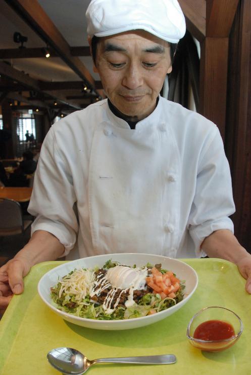 野沢温泉スキー場の食堂が新たに提供している「やまびこタコライス」
