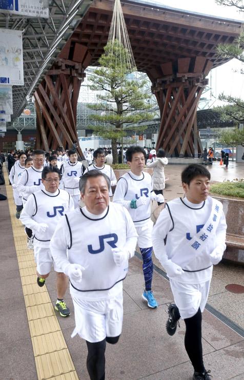 安全輸送を願って走る金沢支社の社員=8日午前9時45分、JR金沢駅