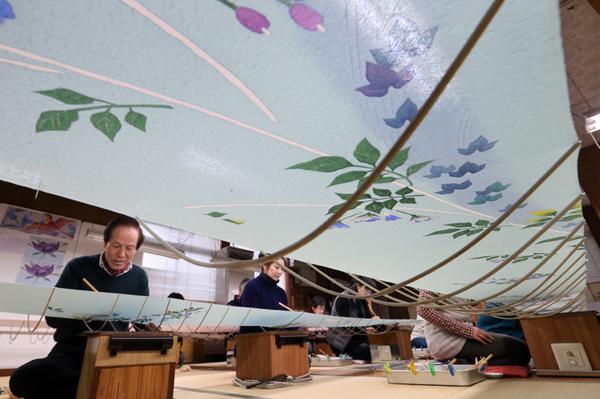 秋の新作の絵付けを進める職人=金沢市本多町3丁目の加賀友禅工房