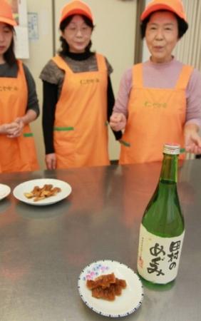 昨年夏から試作が進む奈良漬。今年からは地酒(右)の酒かすを使う=福井県小浜市中名田公民館