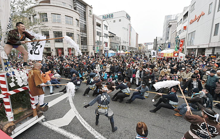 大勢の見物客が見守る中、武田軍と上杉軍に分かれ勢いよく綱を引いた「塩取合戦」=11日午後、松本市中央2の本町通り