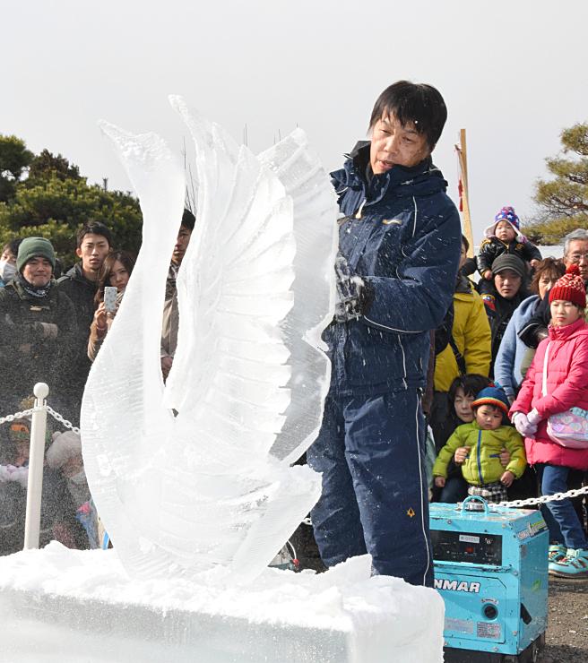 コンクールの作品制作を前に、チェーンソーで氷を削って白鳥の彫刻を作ったデモンストレーション