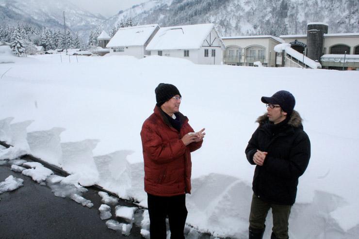 会場となる場所で話し合うメンバー=白山市の旧白山中宮温泉スキー場