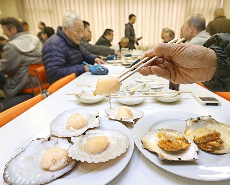 独自メニューの開発に向けた試食会で提供された岩手県大槌産のホタテ=12日、長岡市