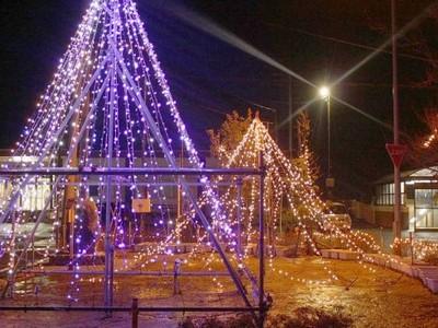 西蒲区・岩室駅前 安全な街へ光の装飾 コミ協、児童と見回り活動も