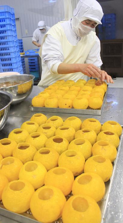 手作業による丸柚餅子作り。食材として海外の販路が広がってきた=昨年12月、輪島市河井町