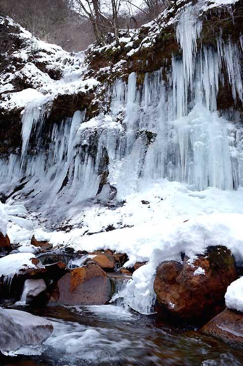 時間が止まったかのような氷瀑と渋川の流れが対照的な横谷渓谷