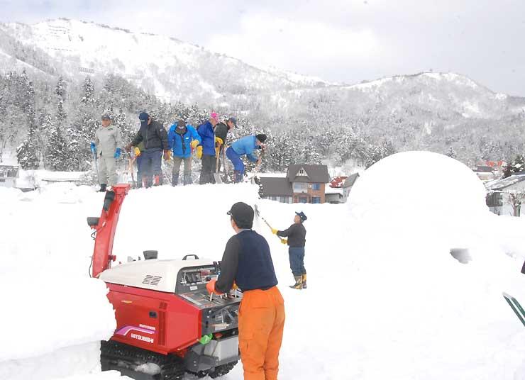 除雪機やスコップを使ってかまくらを作る「かまくら応援隊」のメンバー