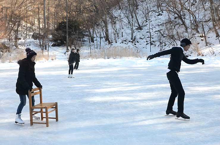 星野リゾートの天然リンクでスケートを楽しむ人たち