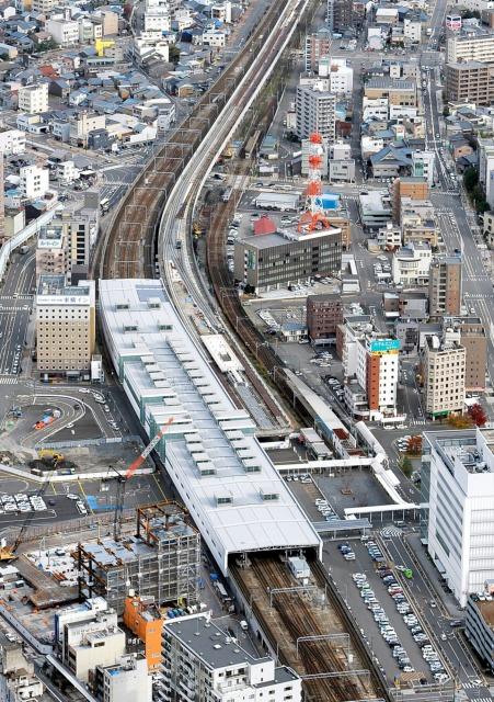 金沢―敦賀の3年前倒し開業が決まった北陸新幹線の福井駅部(JR福井駅舎の右側)。福井までの先行開業も今後検討する=2014年11月
