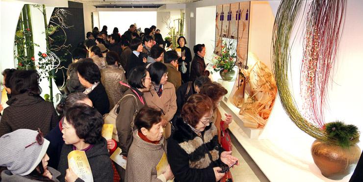 大勢の愛好者でにぎわう北國花展=昨年1月、金沢市のめいてつ・エムザ8階催事場