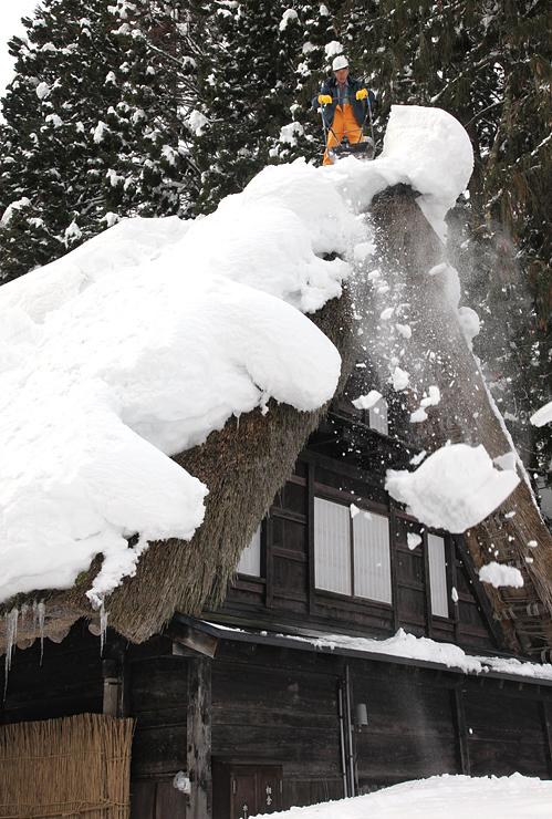 屋根雪下ろしが行われた合掌造り家屋
