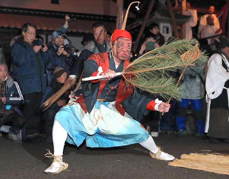 大勢の見物人が集まった境内で軽やかに舞う「幸法」=15日午前1時31分、阿南町新野の伊豆神社