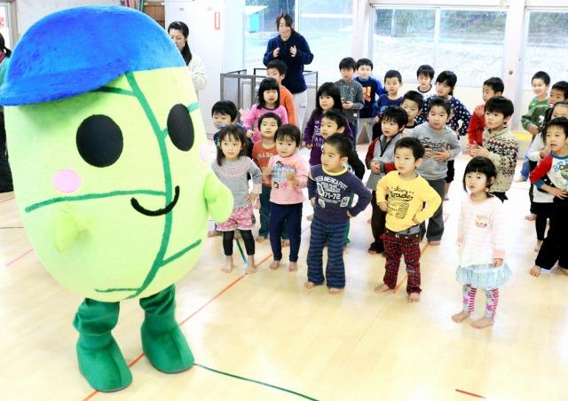 ゆるキャラ「松くん」と一緒に楽しく踊る園児たち=15日、福井県小浜市松永保育園