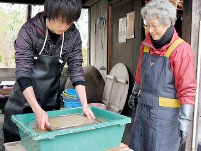 水上勉さんを魅了した「竹紙漉き」 おおい一滴文庫で体験
