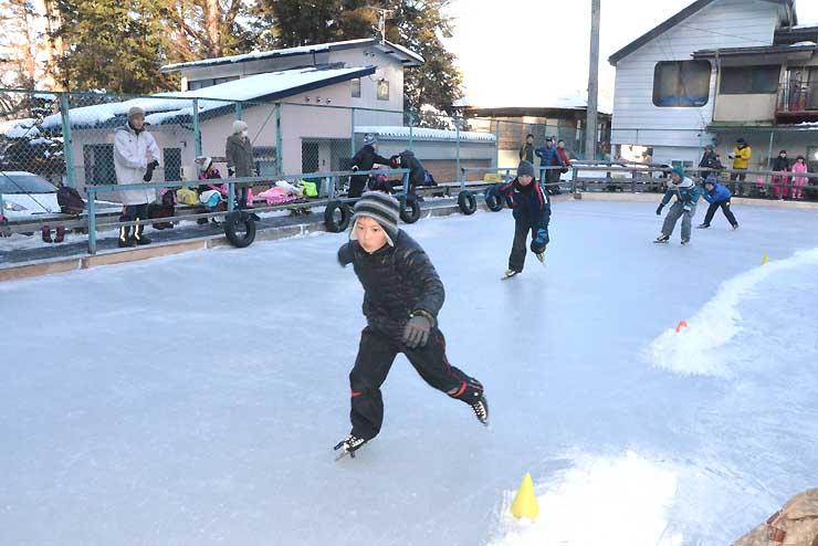 小学生らが学年別に滑った競技会