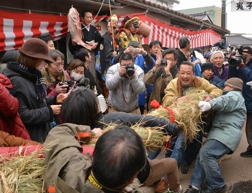 1年の豊漁、豊作を占った夷子大黒綱引=18日、敦賀市相生町
