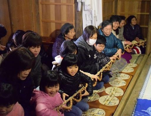1年の健康などを願いながら数珠を手繰る住民ら=18日、小浜市西小川の常福寺観音堂
