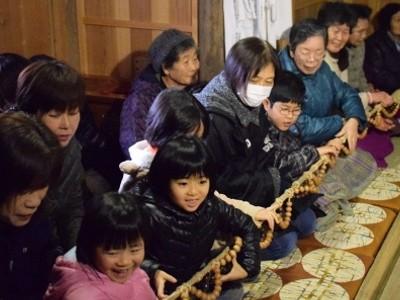 小浜・常福寺で伝統行事 住民ら80人願う 長数珠手繰り無病息災