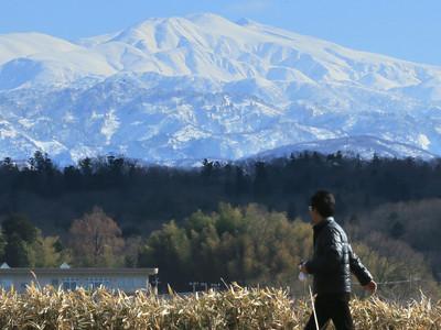 青空に白山くっきり 小松・木場潟公園