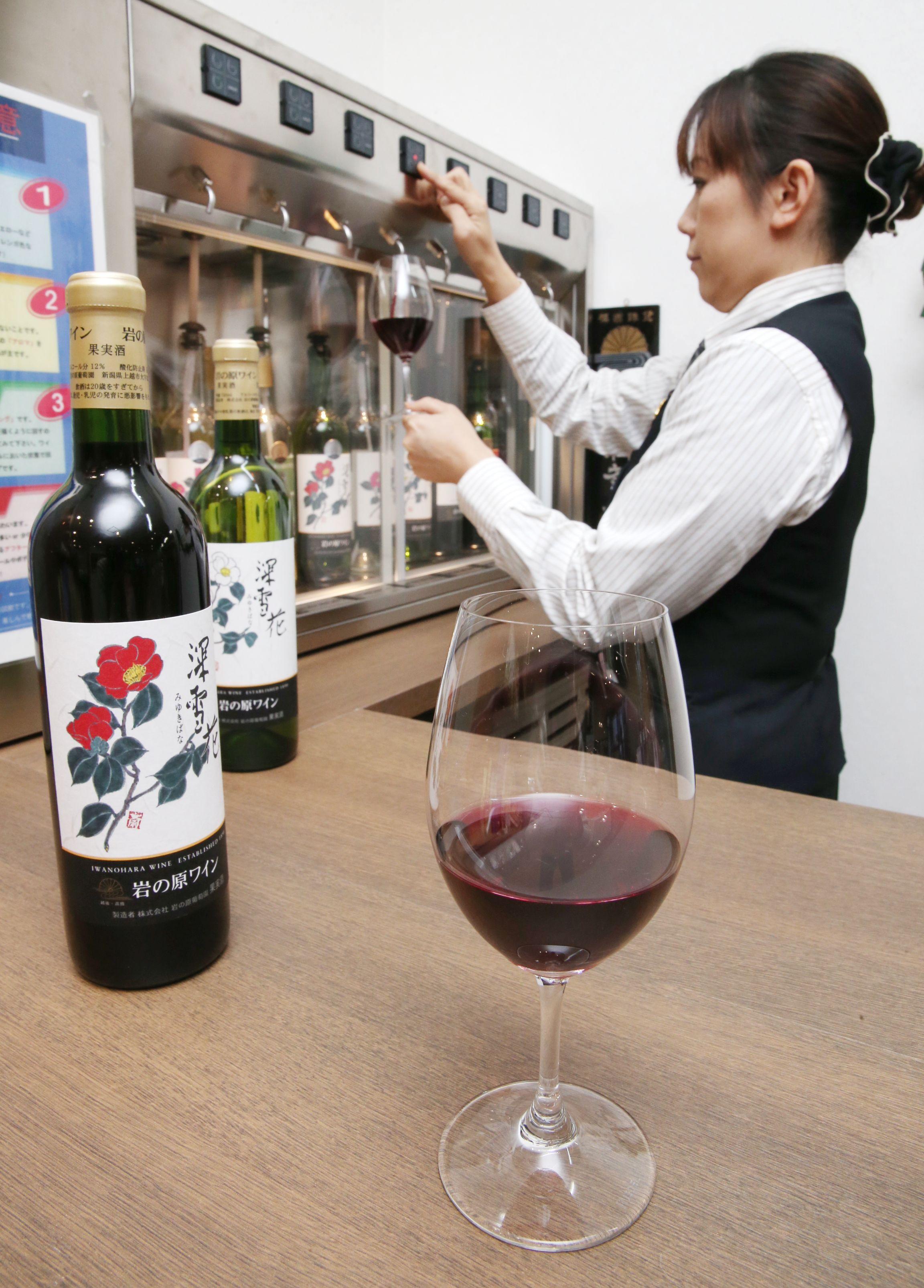 ワインショップでは飲み比べも楽しめる「深雪花」=上越市北方の岩の原葡萄園