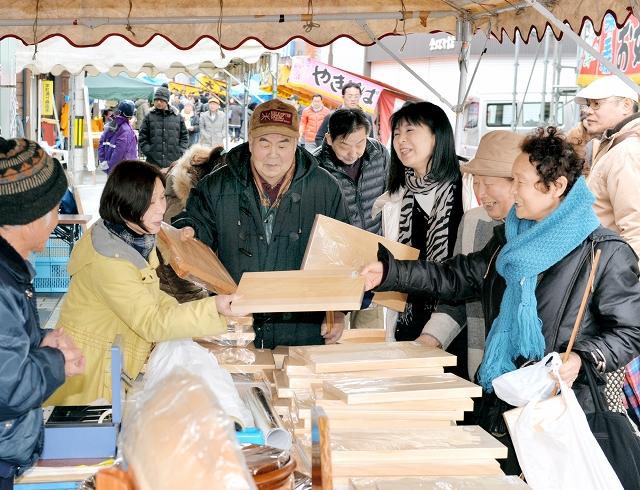 木工品や特産品を買い求める客でにぎわった2014年の「勝山年の市」=福井県勝山市の本町通り