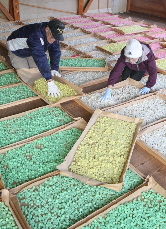 乾燥場に並んだ色とりどりのあられ=20日午前10時半、志賀町倉垣
