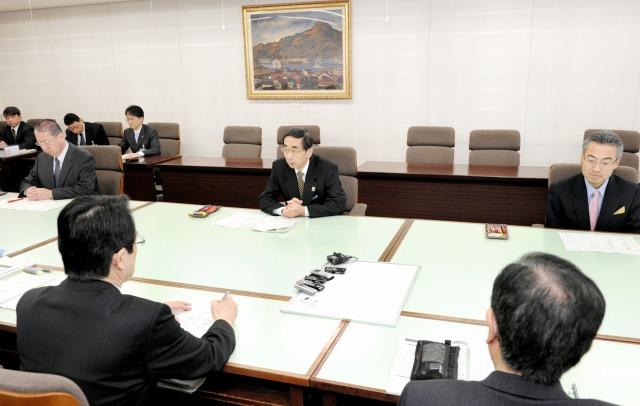 新年度当初予算案の査定に臨む西川知事(中央)=20日、福井県庁