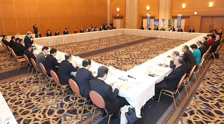 北陸新幹線開業に向けた取り組みについて意見交換した「新幹線戦略とやま県民会議」=ANAクラウンプラザ…