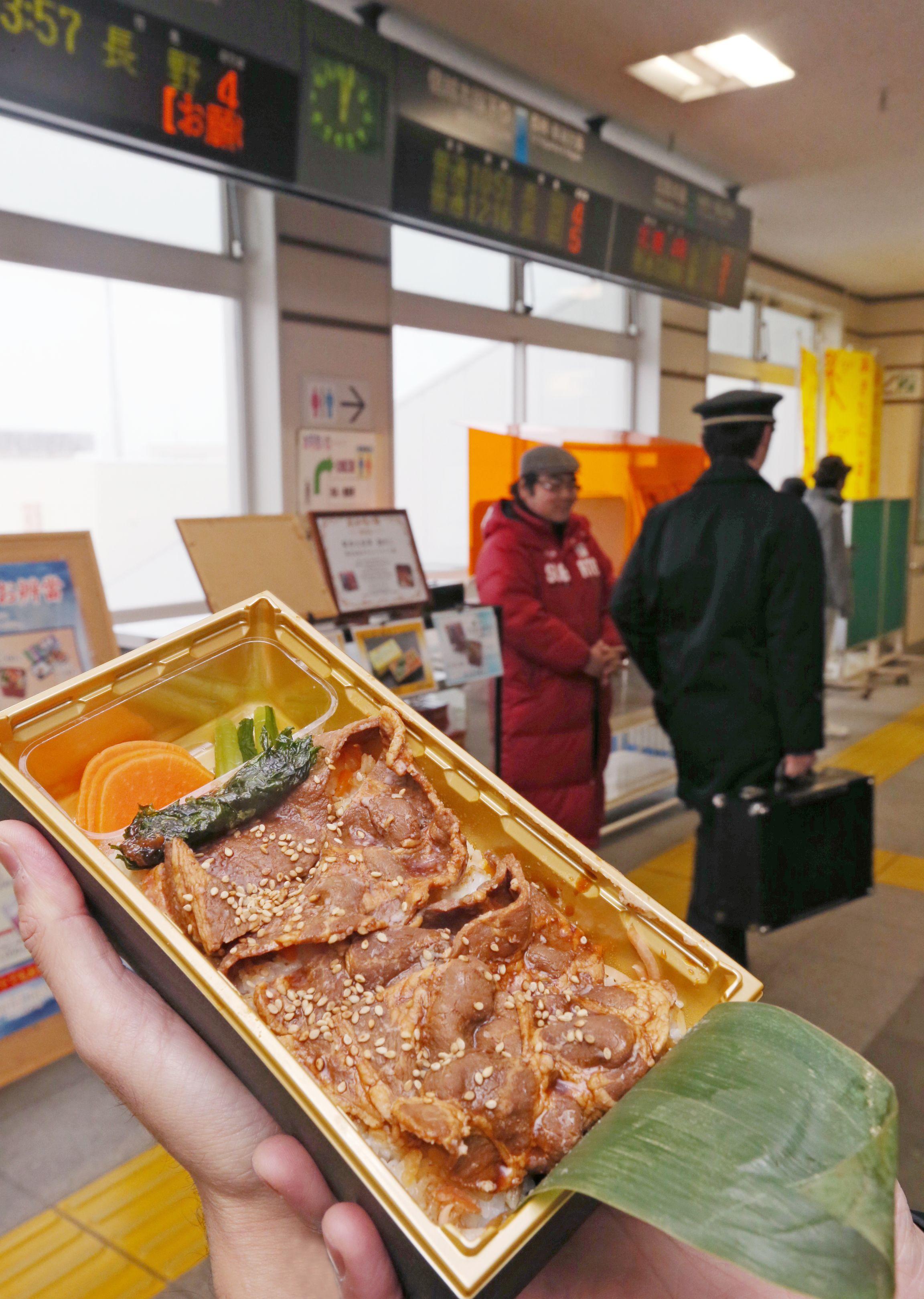 特製のタレが染み込んだ豚肉が評判の釜ぶた弁当=上越市のJR直江津駅