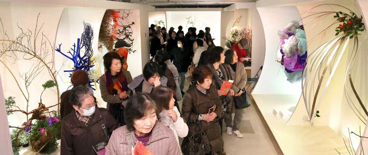 後期展入りし、新たな美との出合いを楽しむ来場者=22日午前11時、金沢市のめいてつ・エムザ8階催事場