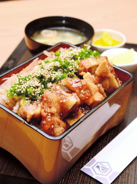 福井の味、親鶏を使った純けいかつ丼=福井県永平寺町の天膳本店
