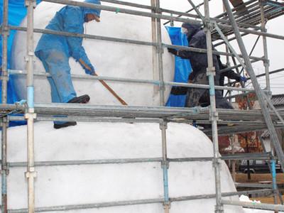 片山津に巨大雪だるま 25日のまつりへ製作