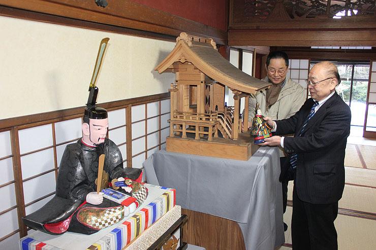 展示作業をする志甫さん(右)ら=高岡市土蔵造りのまち資料館