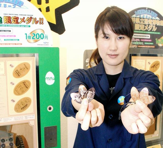 フクイラプトルなどがデザインされたメダル=福井県勝山市の県立恐竜博物館