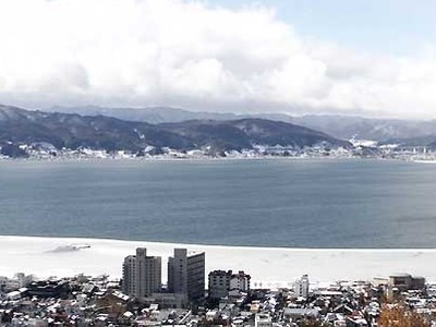 諏訪湖、3月の陽気 高島城では御神渡りの企画展