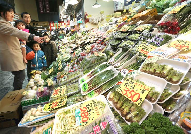 青果店に並んだ山菜=24日午前10時、金沢市の近江町市場