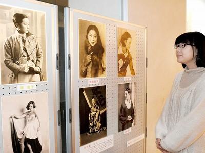 だるま屋少女歌劇 ブロマイドなど展示 県文書館