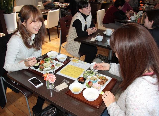 自然栽培のコシヒカリを使ったランチを楽しむ女性客=24日、福井市高木中央2丁目のベジヤード