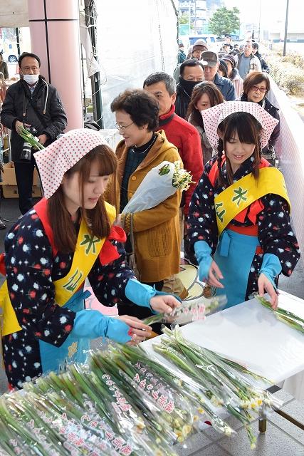 長い列ができた水仙娘による水仙無料配布=24日、福井県越前町厨の道の駅「越前」駐車場