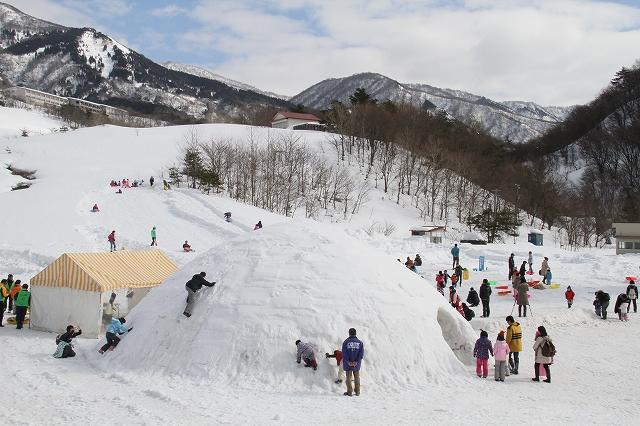 巨大かまくらやそりゲレンデが設けられ、大勢の来場者でにぎわう「さかだに雪まつり」=24日、福井県大野市南六呂師の旧六呂師高原スキー場