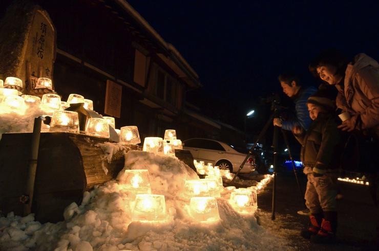 「水舟」を彩ったアイスキャンドル。訪れた人たちが幻想的な雰囲気を楽しんだ=大桑村須原宿