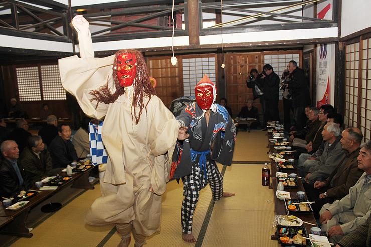五穀豊穣を願って披露された獅子舞=魚津市小川寺の光学坊