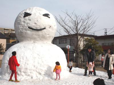 高さ4メートル、巨大雪だるま 片山津温泉の公園に