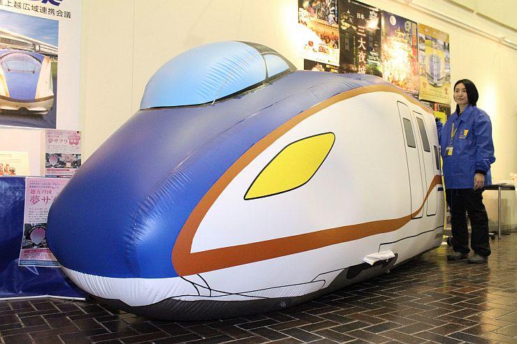 北陸新幹線の新型車両「E7系」をかたどったバルーン=23日、上越市役所