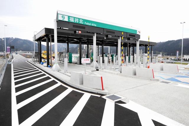 3月1日から供用開始となる福井北JCT・ICの料金所。北陸自動車道と中部縦貫自動車道が直結する=26日、福井市玄正島町