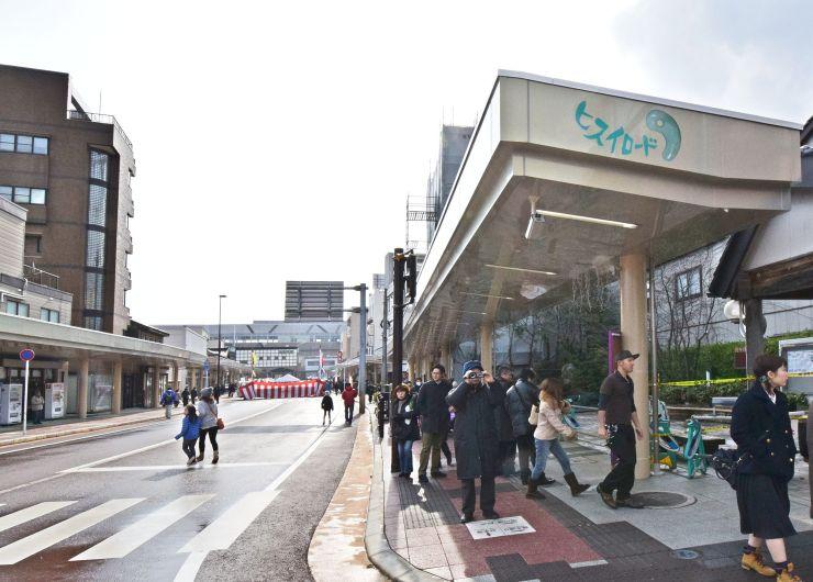 糸魚川駅日本海口前に完成したアーケード。屋根幅が歩道より狭いため、開放感がある=25日、糸魚川市