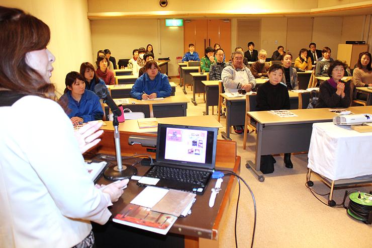 コーディネートの事例を見ながら、丸山さん(左)からポイントを学ぶ参加者=宇奈月国際会館セレネ