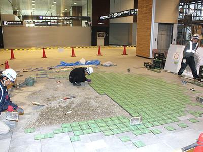 「床シャンデリア」設置進む 富山駅高架下・南北通路